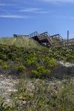 Treppen, die führen, um auf den Strand zu setzen Stockfoto