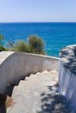 Treppen, die zu das Meer führen stockfotografie