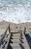 Treppen, die zu den Strand führen Stockfotos
