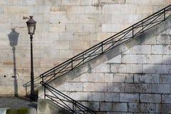 Treppen durch Flussufer Lizenzfreie Stockfotos