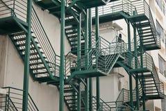 Treppen entlang einer verkehrsreichen Straße Lizenzfreies Stockfoto