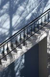 Treppen im Blau lizenzfreie stockfotos