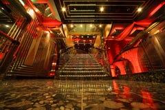 Treppen innerhalb der großen Halle der Costa Deliziosa lizenzfreie stockfotografie