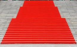 Treppen mit rotem Teppich Stockfotografie