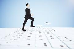 Treppen-Tastaturknöpfe des Mannes kletternde Stockfotografie