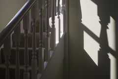 Treppen und Geländer mit Schatten Lizenzfreies Stockfoto