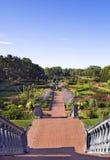 Treppen unten in formalen Garten Lizenzfreies Stockfoto