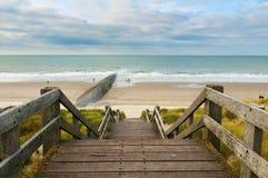 Treppen zum auf den Strand zu setzen Stockfoto