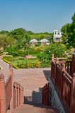 Treppen zum Garten Stockbild