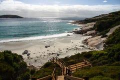 Treppen zum Strand lizenzfreie stockfotos