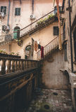 Treppenhäuser am Hinterhof des alten Gebäudes stockfotografie