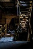 Treppenhäuser mit gelben Handläufen in verlassenem Kraftwerk in New York Lizenzfreies Stockbild