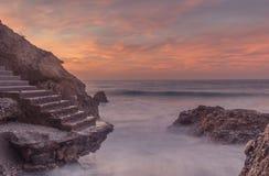 Treppenhaus auf den Felsen der Küste stockfotografie