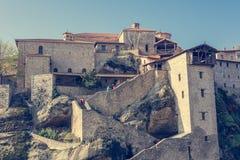 Treppenhaus, das in eine Klostergestalt auf einem Felsen führt stockbild
