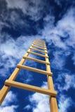 Treppenhaus, das im Sturmhimmel verlässt Lizenzfreie Stockfotos