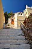 Treppenhaus, das zu die Haustür, die Insel von Symi führt Lizenzfreies Stockfoto