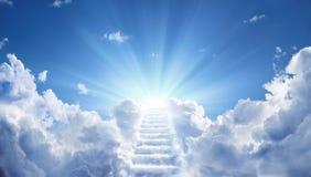 Treppenhaus, das zum himmlischen Himmel führt stockfotografie