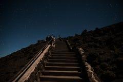 Treppenhaus, das zum nächtlichen Himmel führt Lizenzfreie Stockfotografie