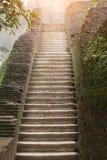 Treppenhaus in den Ruinen, bedeckt mit Moos stockfoto