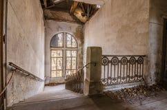 Treppenhaus in der alten Villa Lizenzfreie Stockfotografie