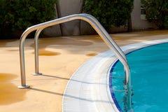Treppenhaus durch das Pool Lizenzfreie Stockfotos