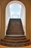 Treppenhaus durch einen Bogen Stockbilder