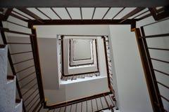 Treppenhaus in einem hohen Gebäude mit Geländern lizenzfreie stockfotos