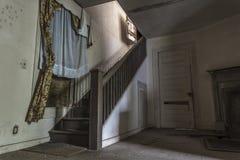 Treppenhaus in einem verlassenen Haus lizenzfreie stockfotografie