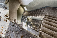 Treppenhaus in einer verlassenen Fabrik Lizenzfreie Stockbilder