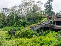 Treppenhaus eines verlassenen Hotels in Bali stockbild
