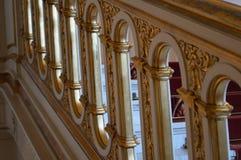 Treppenhaus-Geländer im königlichen Schloss lizenzfreie stockbilder