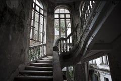 Treppenhaus im alten verlassenen Hotel stockbild
