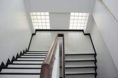 Treppenhaus im Bürogebäude lizenzfreie stockfotos