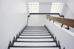 Treppenhaus im Bürogebäude stockfotografie