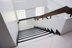 Treppenhaus im Bürogebäude Stockfoto