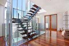 Treppenhaus im Dachboden lizenzfreie stockfotografie