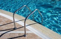 Treppenhaus im Swimmingpool Stockfotos