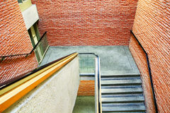 Treppenhaus im Ziegelsteingebäude Stockfotografie