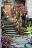 Treppenhaus mit Blumen Stockbild