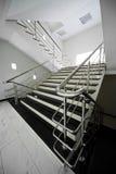 Treppenhaus mit einem Stahlgeländer Lizenzfreies Stockbild