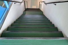 Treppenhaus mit grünen Schritten Lizenzfreies Stockbild