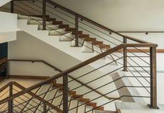 Treppenhaus mit hölzerner Schiene stockfotografie
