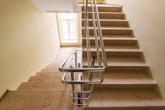 Treppenhaus mit metallischen Handläufen Stockbilder