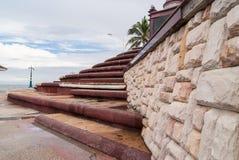 Treppenhaus mit Steinblockwand Stockbild