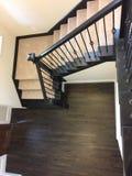 Treppenhaus mit Teppich vom Eintritt zum zweiten Stock Stockfotografie