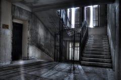 Treppenhaus- und Aufzugswellenschatten und -licht Lizenzfreie Stockbilder