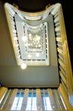 Treppenhaus und Deckenleuchten in der Perspektive lizenzfreie stockfotos