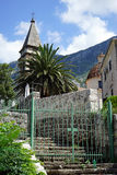 Treppenhaus und Kirche Stockbild