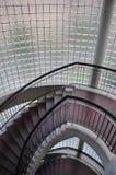 Treppenhaus und Plattform mit Glasblock Stockbilder
