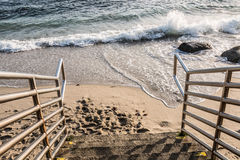 Treppenhaus unten zum Strand lizenzfreies stockfoto